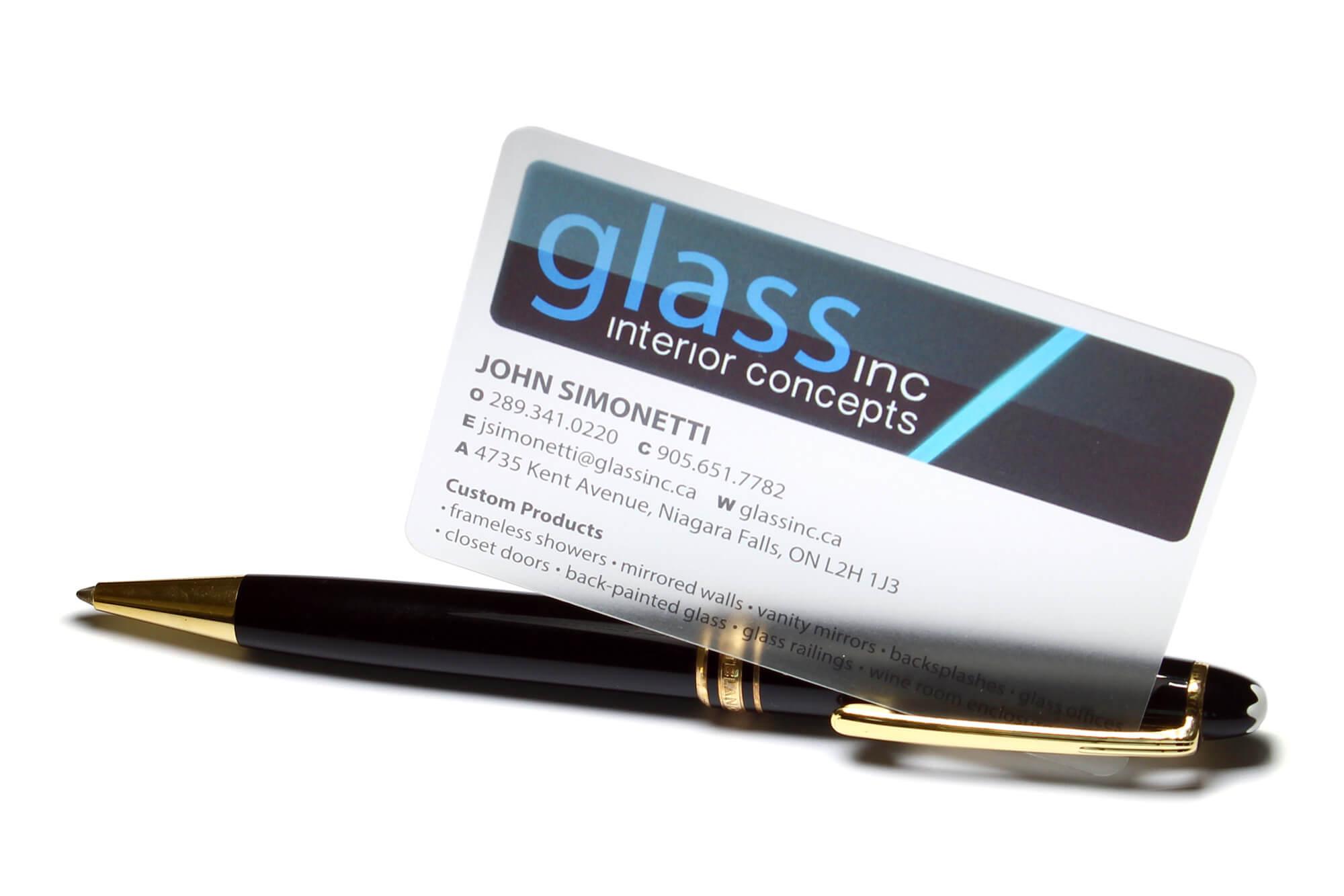 transparente Visitenkarte mit Kugelschreiber